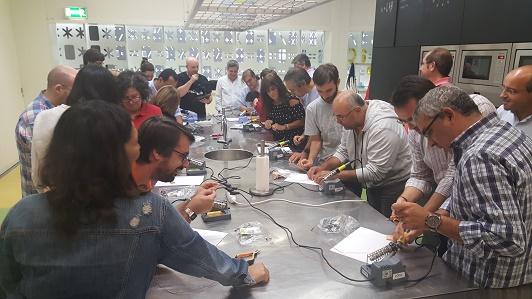 Os professores praticam as técnicas de soldadura