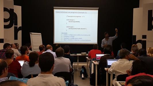 Duarte Cota, professor das equipas vencedoras nas duas últimas finais portuguesas do CanSat ensina os professores a montar e programar o arduíno
