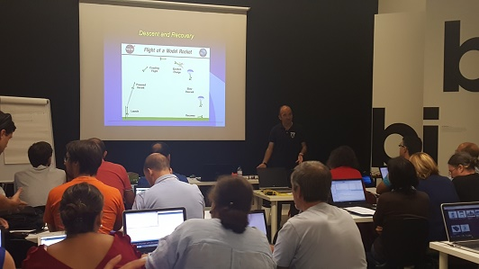 O Prof. Agostinho Fonseca, do IST, ensina a teoria e prática do funcionamento dos paraquedas