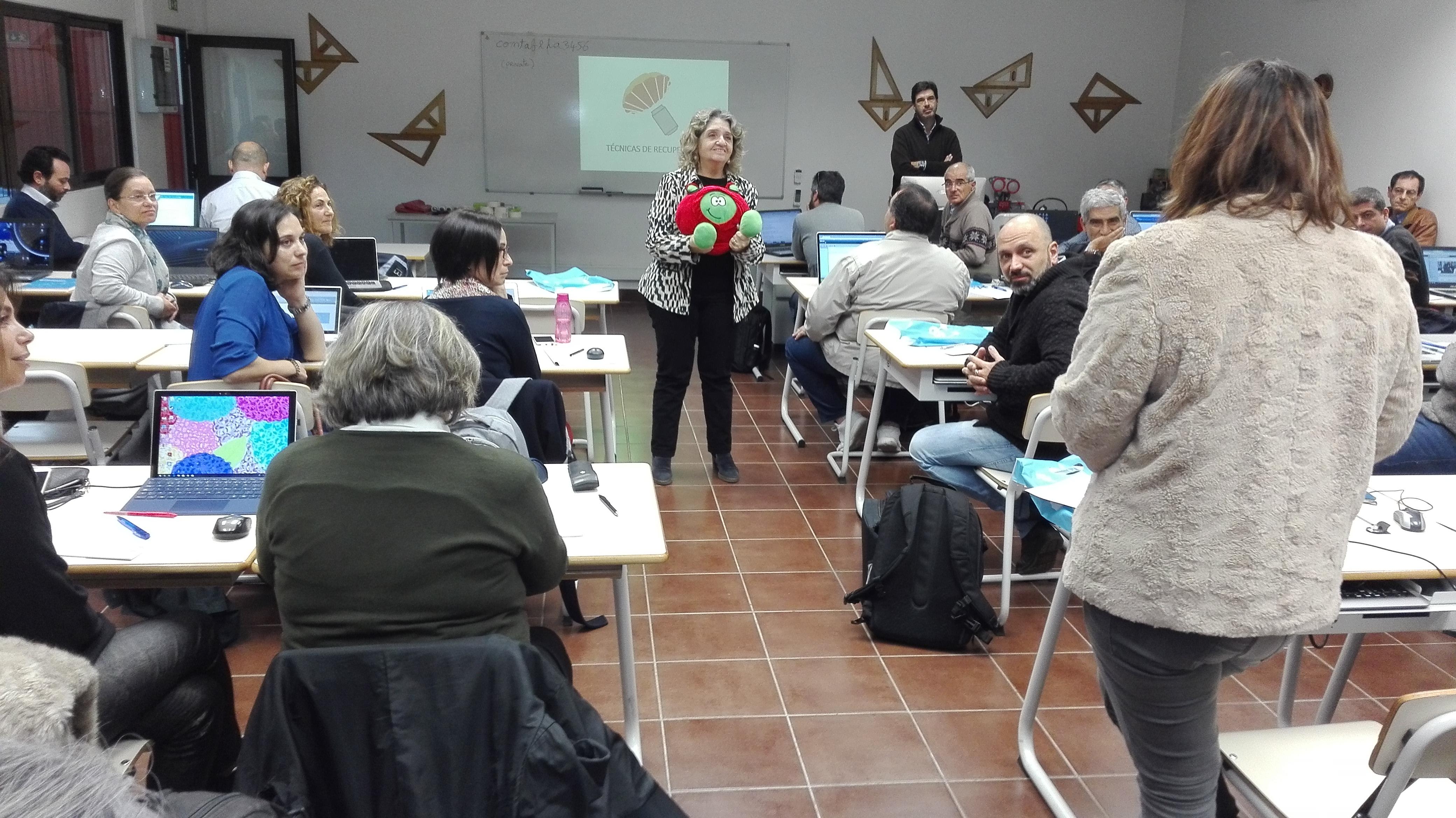 Adelina Machado e Paxi dão as boas-vindas aos professores participantes.